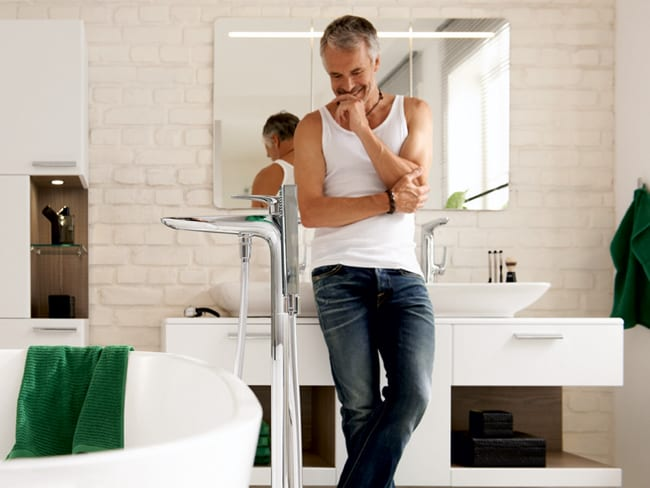 Komplettes Badezimmer mit Einrichtung
