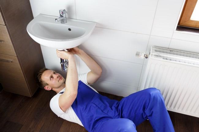 Installateur beim Anschließen eines Waschbeckens