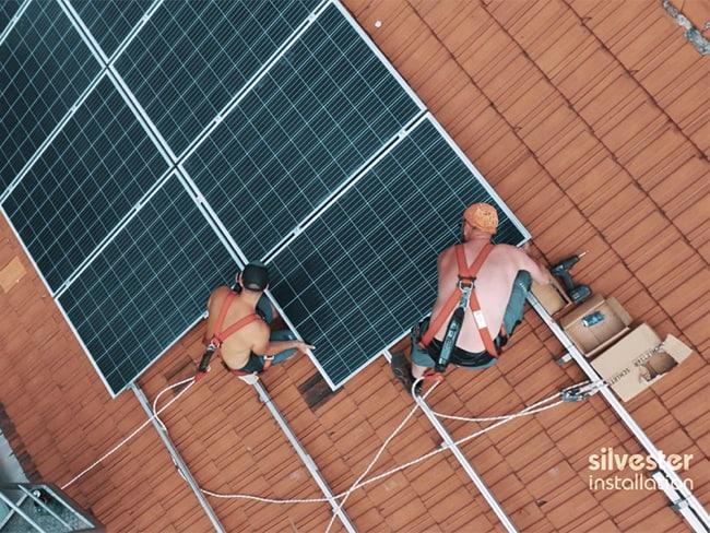 Installation einer Photovoltaik-Solaranlage für die Klimaanlage im Haus